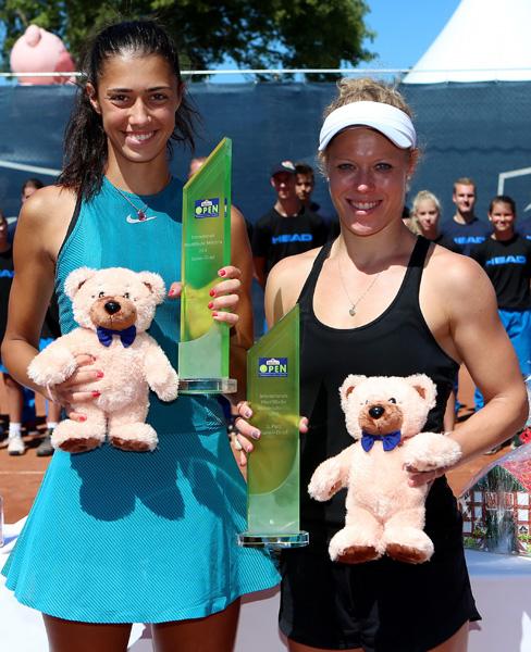 Die 17-jährige Serbin Olga Danilovic (links) setzte sich Im Finale der Reinert Open gegen die deutsche Fed-Cup-Spielerin Laura Siegemund durch.