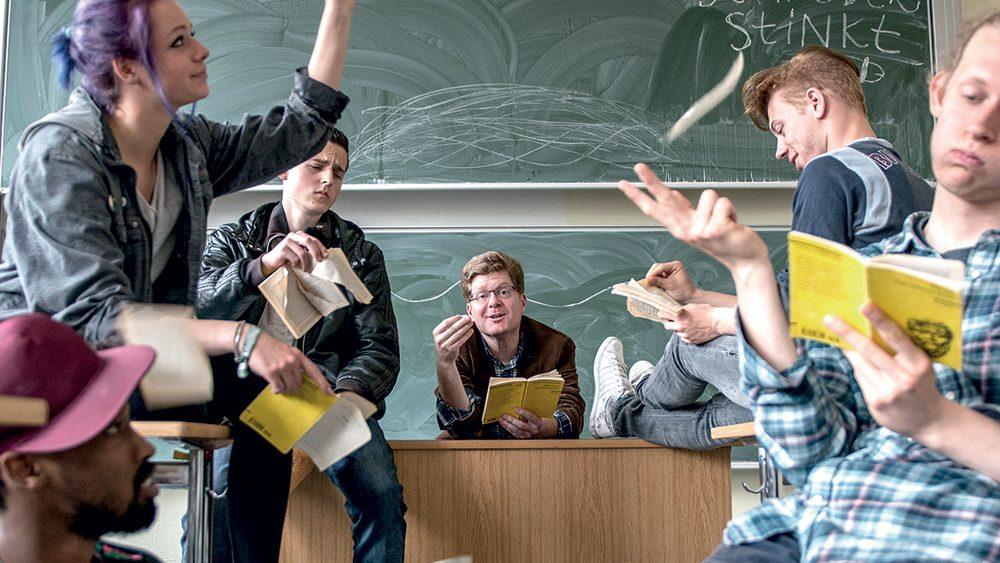 Lehrer und Schüler im Klassenzimmer.