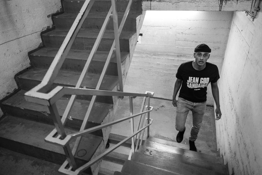 Mann geht die Treppe hoch.