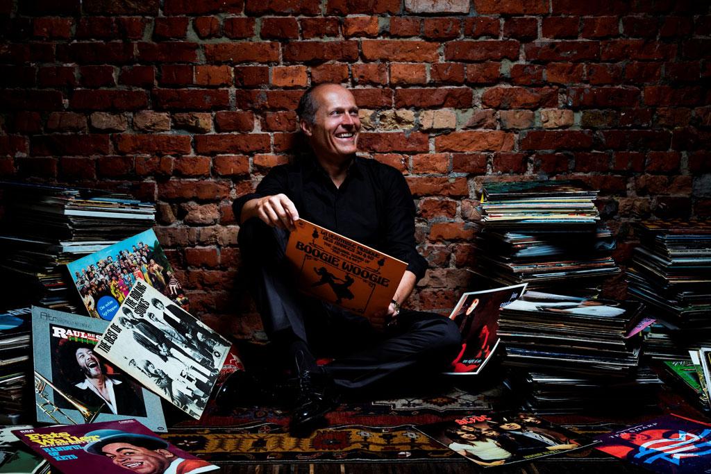 Joja Wendt sitzt zwischen Schallplatten.