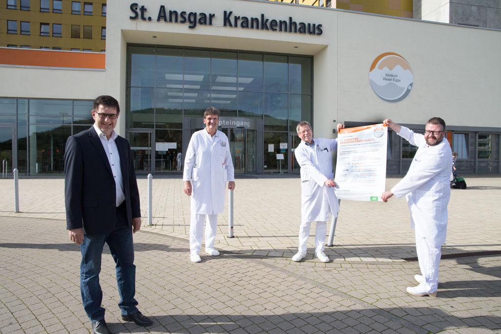 Ärzte vor Klinikeingang