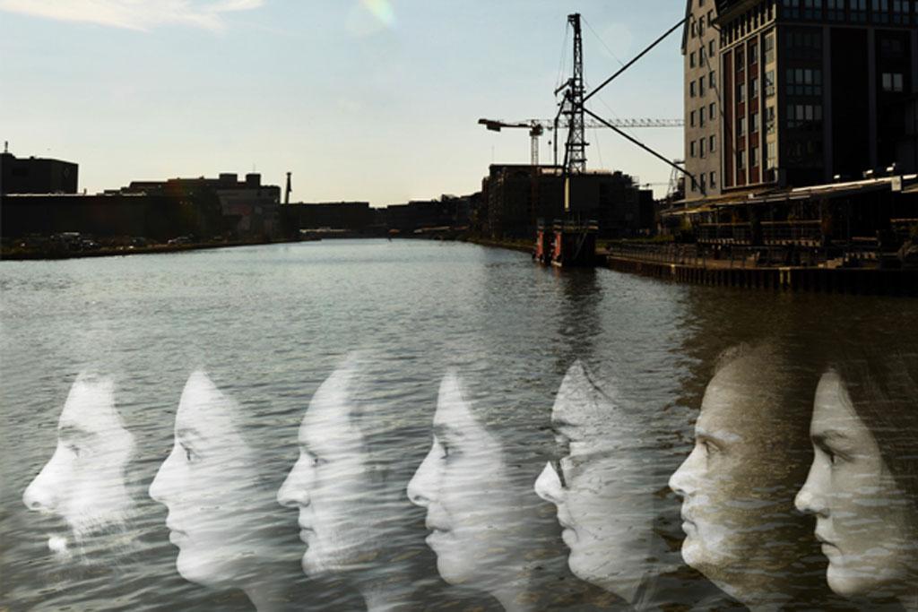 Hafen und im Vordergrund viele Gesichter