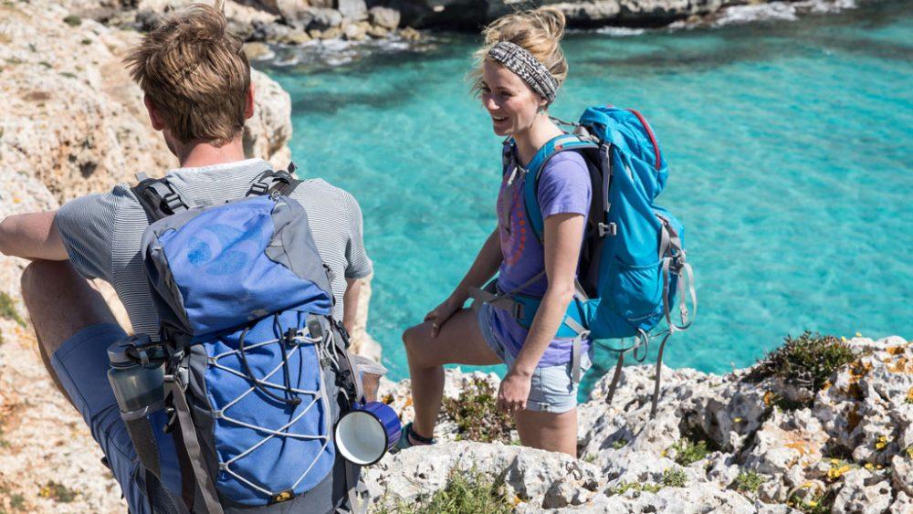 Zwei Wanderer auf Felsen